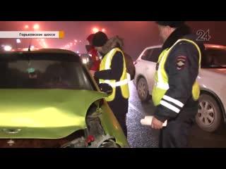 На Горьковском шоссе водитель Matiz врезался в иномарку, заперся в машине и уснул