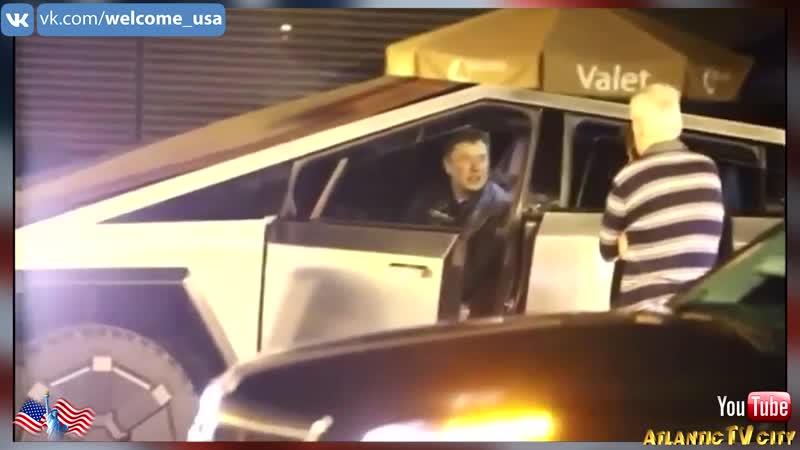 Илон Маск сбил ограждение за рулём Tesla Cybertruck