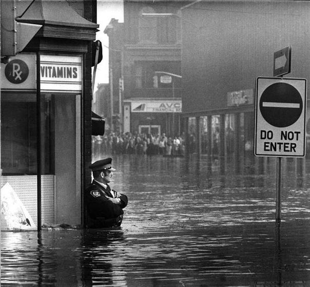 Кадр во время наводнения в Онтарио, Канада. Полицейский несёт службу. 1974 год