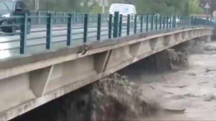 Шторм с ливнями и грозами в Ницце поднялась вода в реках затоплены дороги