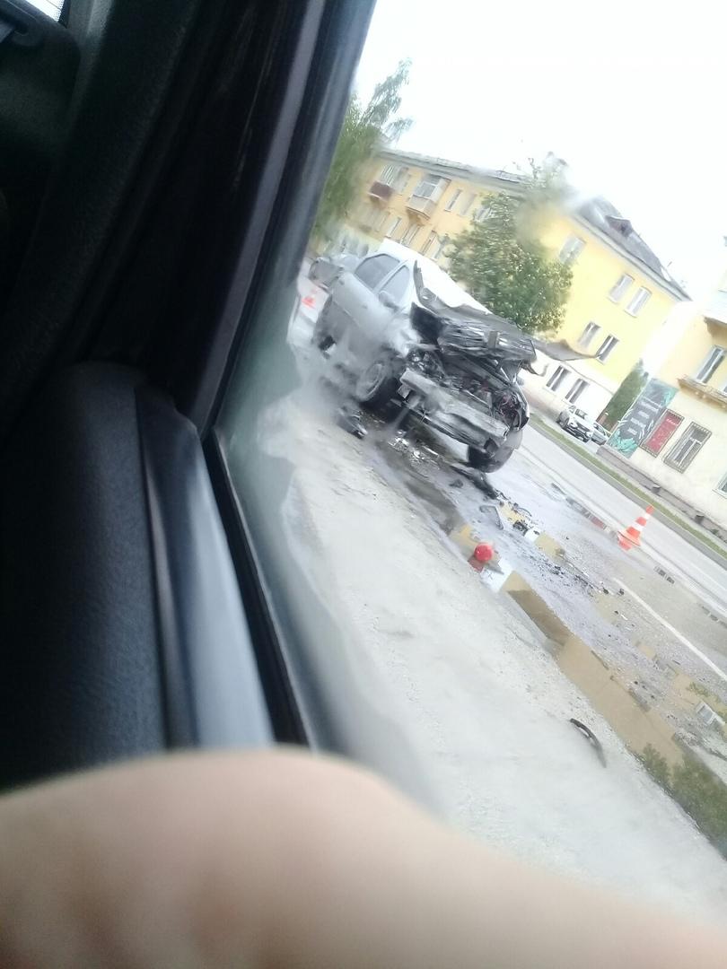 OAobx9I U5k - В Белово столкнулись городской автобус и легковой автомобиль. Авария произошла