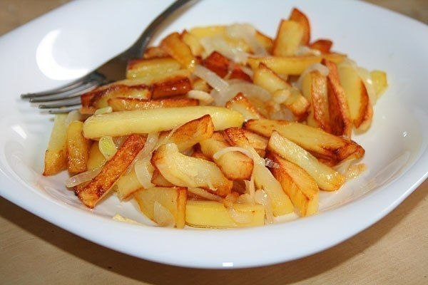 Как вкусно пожарить картошку с луком на сковороде