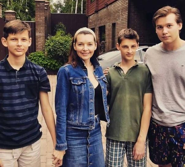 Наталия Антонова поделилась совместной фотографией с старшими сыновьями...