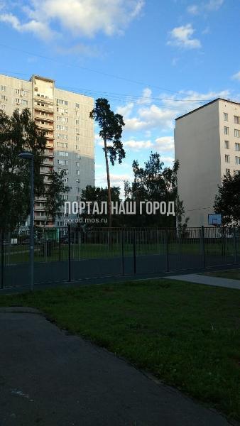 Спортивную площадку на 2-й Вольской улице обнесли ограждением по просьбе местного жителя