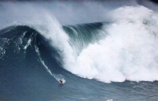 Ежегодные соревнования среди сёрферов в португальском Назаре. Наши дни.