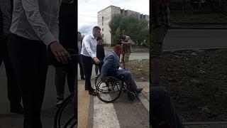 Мэр Нижнего Тагила посадил работников дорожных служб в инвалидные коляски 2