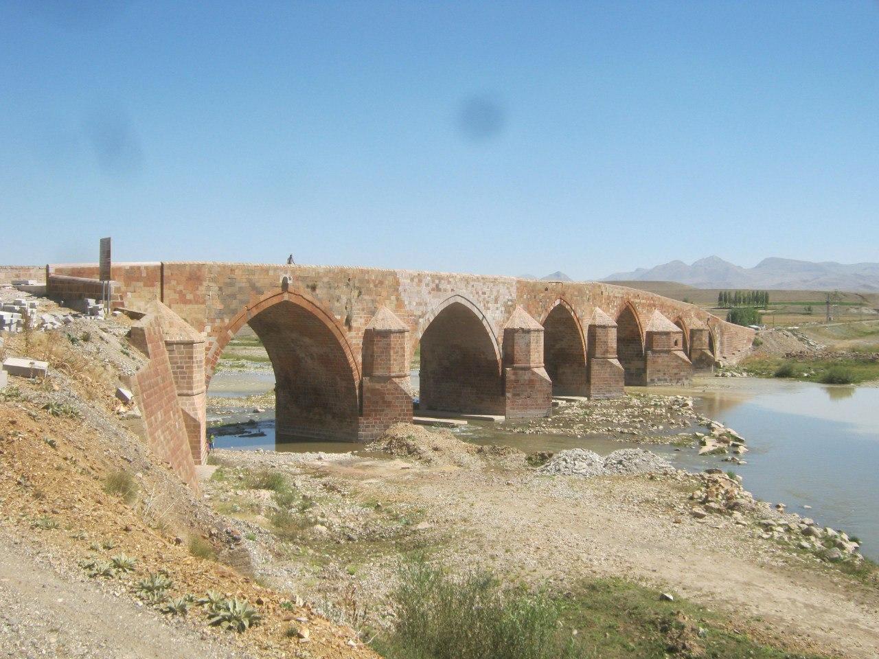 красивый старинный мост Cobandede около Эрзурум