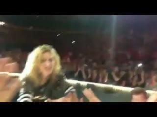 Во время исполнения песни Like a Prayer в Далласе 21 10 2012 фанат потянул руку Мадонны и она упала