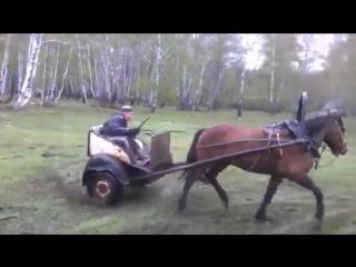 Суровый дрифт на лошади.