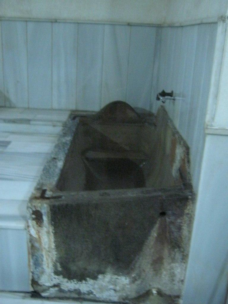 В Мудурну старинная баня с мраморной ванной