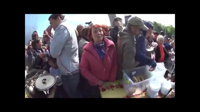 Голодные и озлобленные украинцы давятся в очереди за порцию гречки
