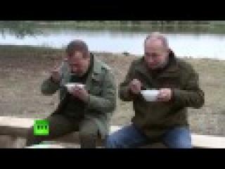 Новгородские рыбаки угостили Путина и Медведева ухой