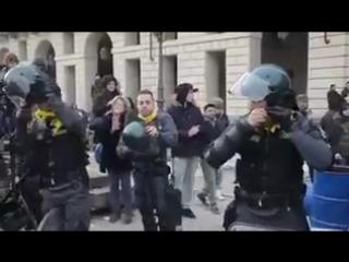 Италия. Полиция отказалась избивать протестующих и снимает шлемы. Эта полиция служит народу, а не диктаторам и барыгам