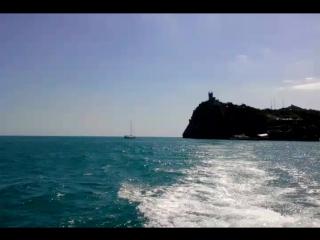 плывем 🚢из Алушты в Ялту 🌊🌊🌊голубое море...голубое небо...сладкий запах путешествия.. ммм