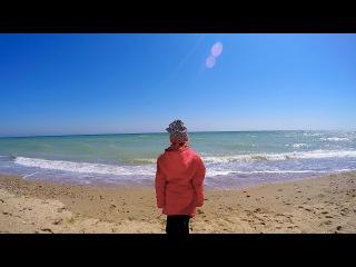 Как красиво на море в апреле! Ника гуляет по пустынном весеннем пляже в Санжейке,...