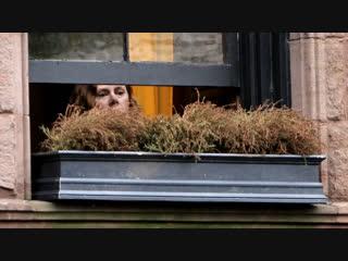 Эми Адамс на фото со съёмок триллера «Женщина в окне»