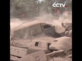 多语 危地马Почти 200 человек числятся пропавшими без вести из-за извержения вулкана в Гватемале拉火山喷发 目前已致99死 约200人失踪 20180607《中国新闻》