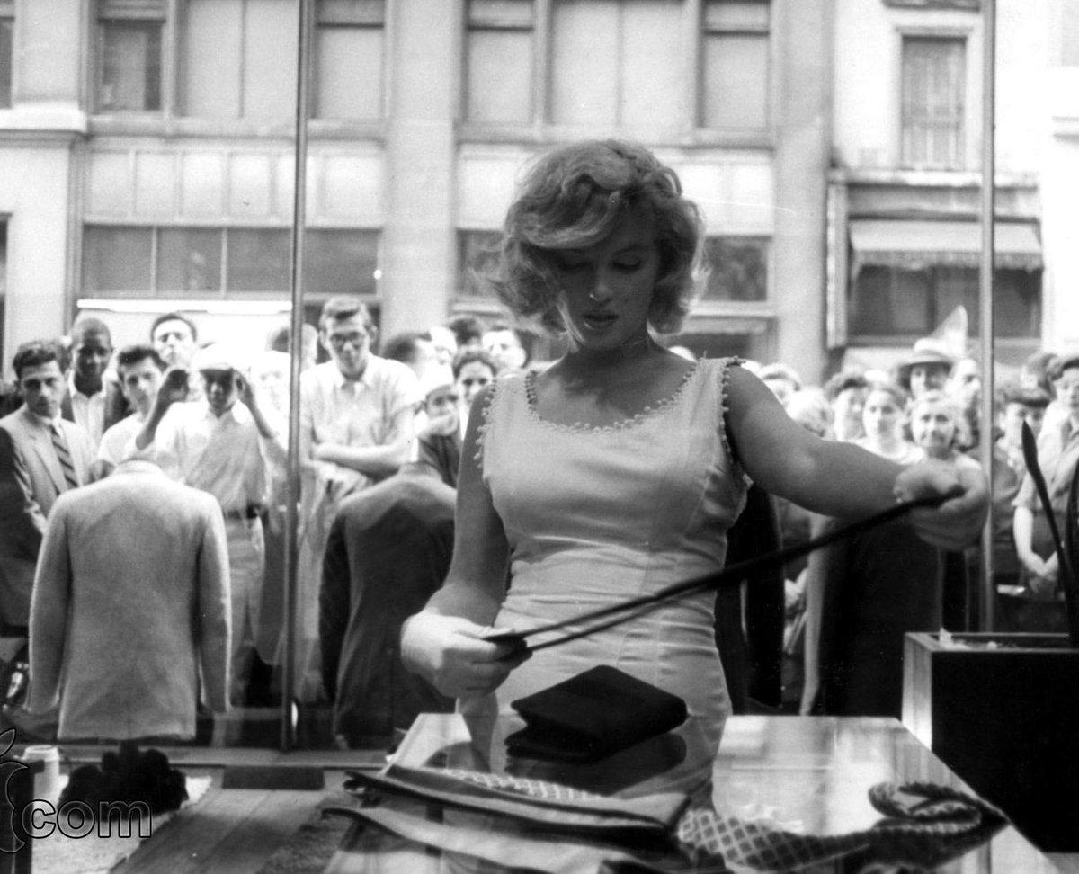 Мэрилин Монро пытается ходить по магазинам, 1957 год.