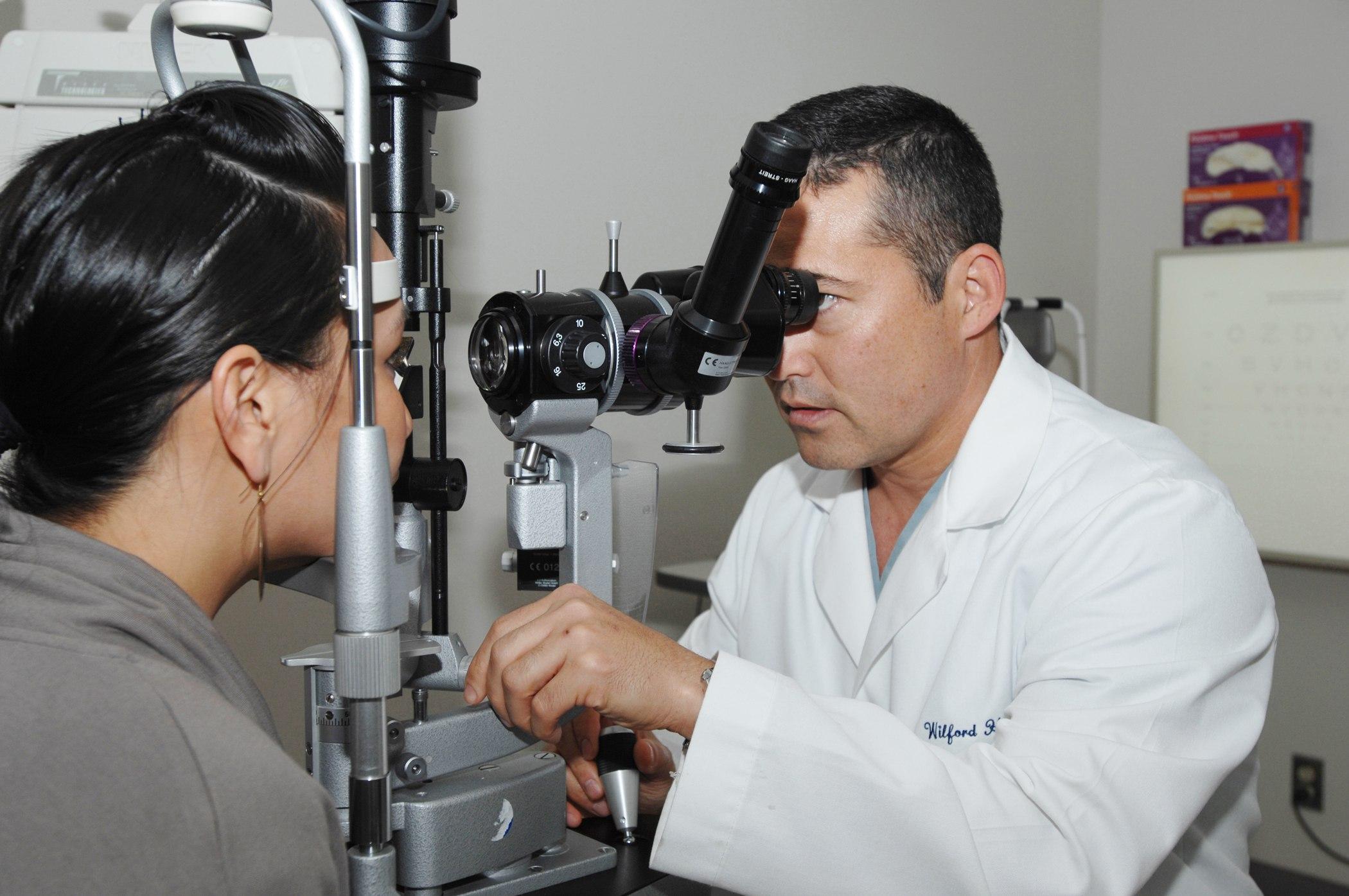 Что делает офтальмологический техник?