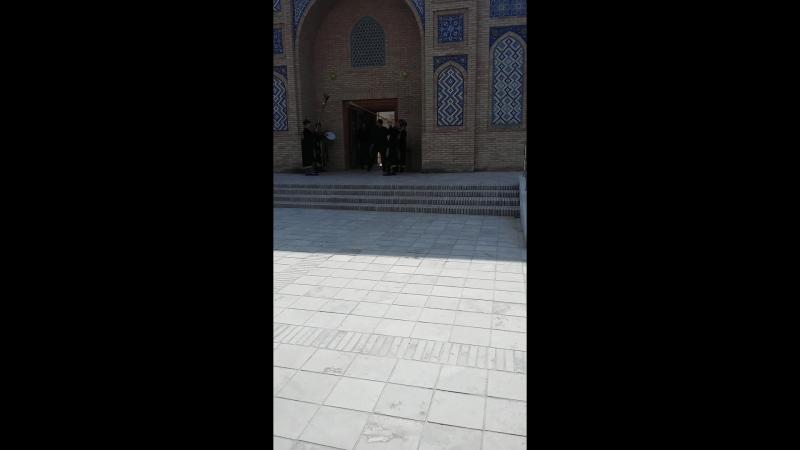 так нас приветствовали во дворце Амира Тимура.