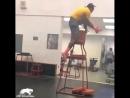 Парень тренирует себе прыжок!