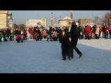 Праздник у цирка с медвежонком и Дедом Морозом (видео НГС.ОМСК)