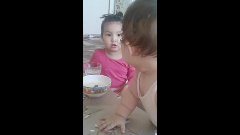 Альмирочка кушает кашку