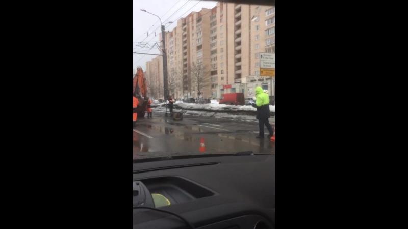 Ремонт по-русски: Асфальт кладут прямо в лужи