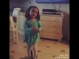 девочка танцует под витю