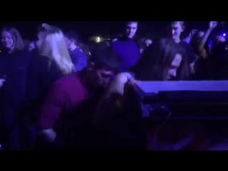 Пьяная школьница занялась сексом прямо в клубе на танцполе | малолетка перископ публичный секс hardcore casting вписка Amateur