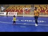 Маленький мальчик чеканит мяч с Фалькао