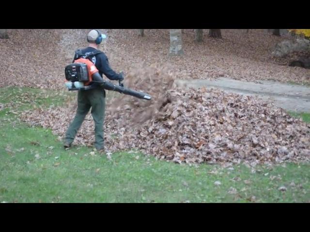 Неожиданный сюрприз для папы в куче опавших листьев dad gets scary surprise from kids while blowing leaves