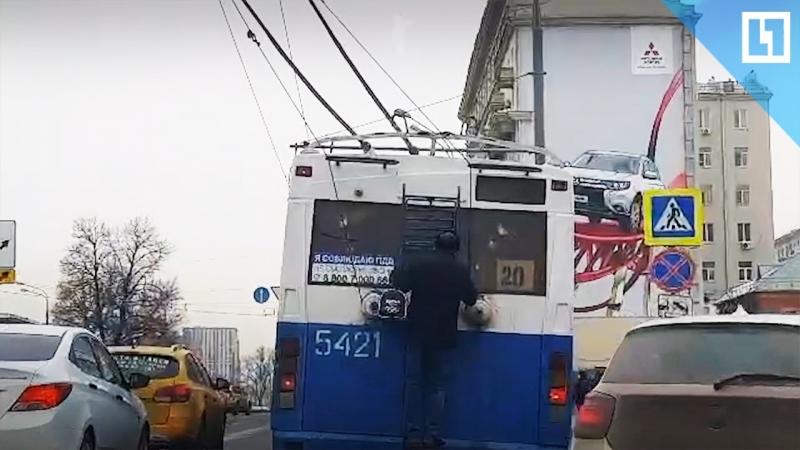 Верхом на троллейбусе