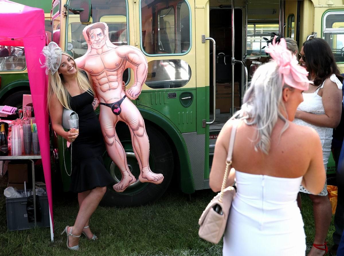 А мне так жочется сфоткаться с резиновым мужчиной: Приколы британских дам
