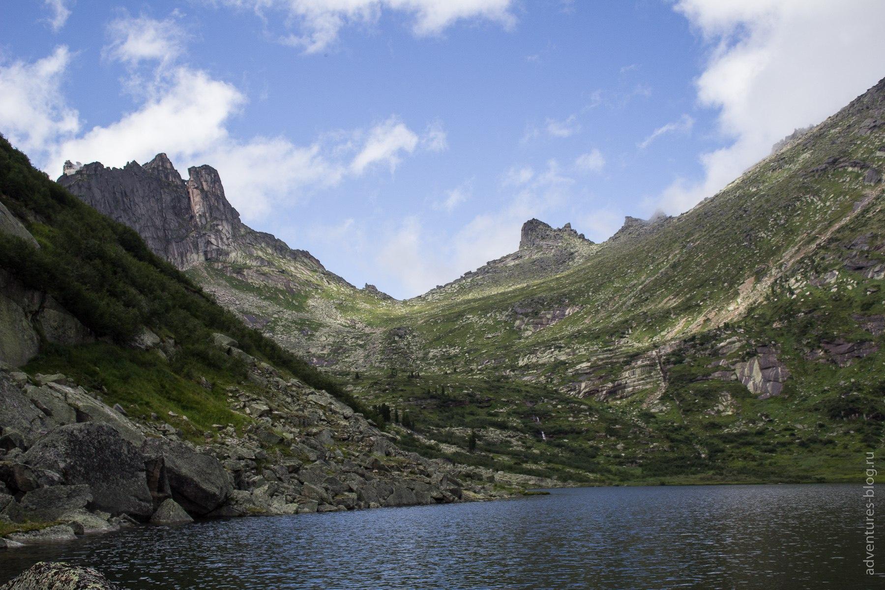 Озеро Золотарное и перевал Пикантный