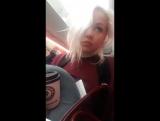 Lola Taylor в самолёте перед отправкой в Париж