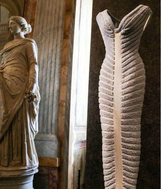 Выставка французского модельера Аззедина Алайя, которого по праву называют «скульптором моды и королем стрейча».
