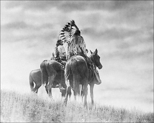 смотри вперёд с надеждой, назад — с благодарностью, вверх — с верой, вокруг — с любовью. © молитва индейцев