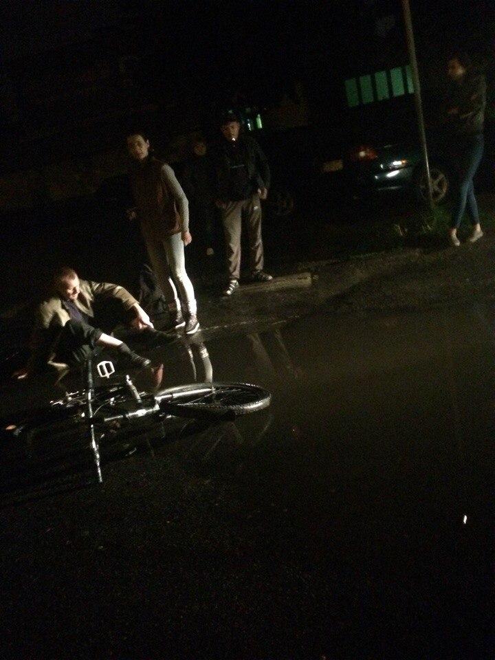 Поздно ночью на ул. Краснознамённой автомобиль такси сбил велосипедиста