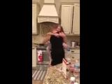 Она думала, что муж с дочерью готовят еду, но когда вошла на кухню, то увидела это...