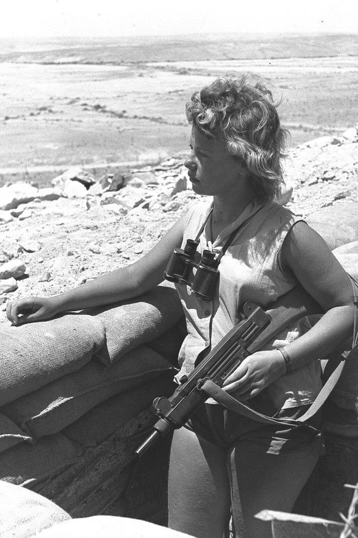 Израильтянка с автоматом Узи в карауле, 1956 год.