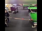 Крутые трюки на бильярде от маленькой девочки