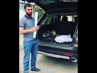 Раздаёт бесплатно коврики для намаза, Ма ша АЛЛАХ ! #Repost Instagram @aishaevkiazim