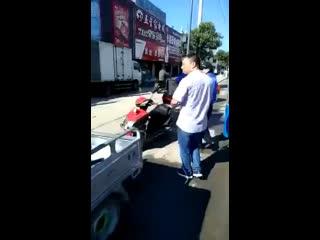 Китайские копы применяют железный аргумент в борьбе с неправильно припаркованными мотоциклами.