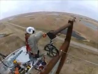 Впечатляющее мастерство пилота вертолета и стальные нервы его напарника