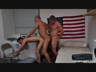 Гей порно секс с негром втроем парни ебуться паровозиком interracial gay porn threesome big dick солдаты военные