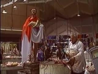Перфоманс Олега Кулика. Проповедь на Даниловском рынке среди кусков мяса, Москва 1995 год