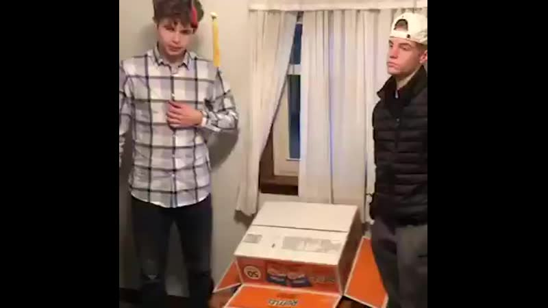 These two 17-year-old's attempted to use a rotary phone… And it's hilarious! 😂😂