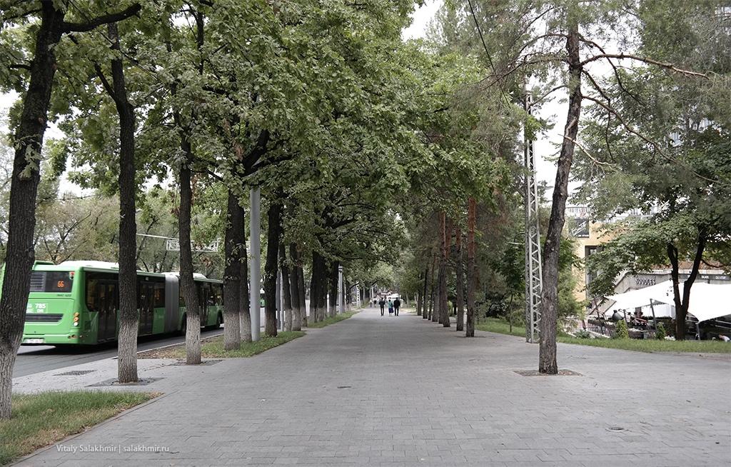 Тротуар на Достык, около гостиницы Казахстан 2019