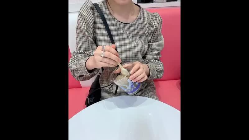 Instagram.comjiina27  ❤️🍨❤️🍨 色合いも可愛いでしょんっ? : : : (本当に私が選んだのは茶色づくしのインスタ映えしない色のアイスで。お母さんが選んだものの方が断然アイドルだった。笑) アイス ice サーティーワン